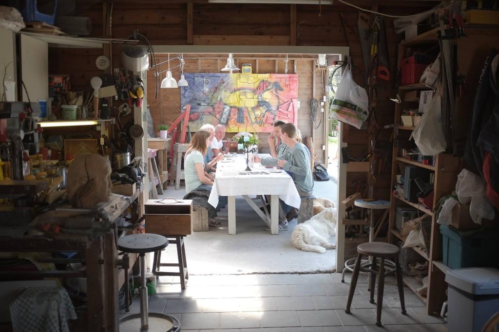 Aan tafel bij de kunstenaar
